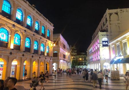 夜のセナド広場はライトアップされて綺麗だった。