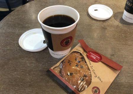 マカオ国際空港の「PACIFIC COFFEE」でコーヒー飲んで飛行機を待つ。