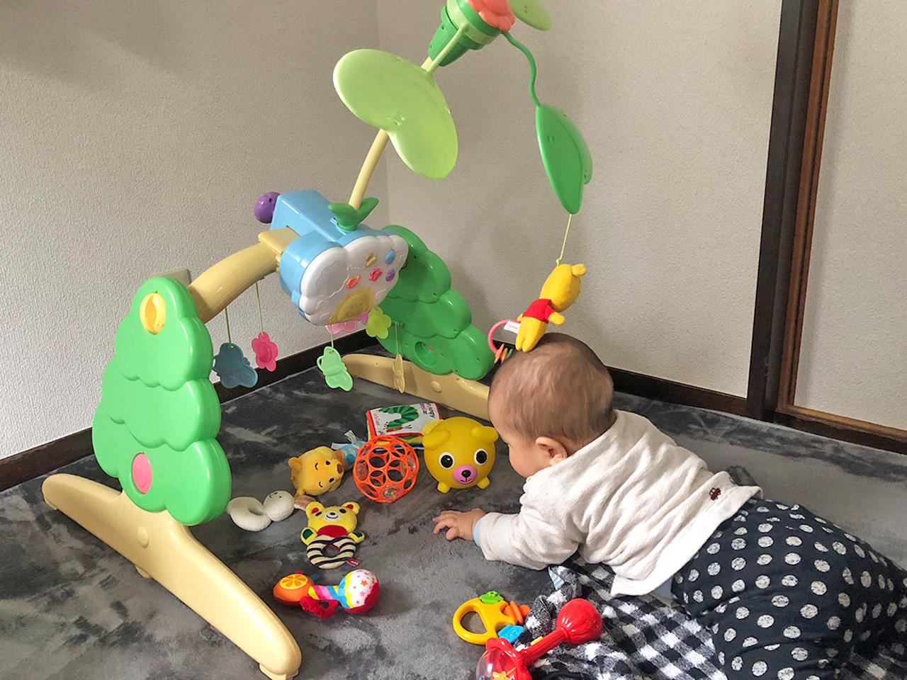 7ヶ月の子供がおもちゃで遊んでいる光景