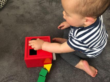 BRIOの知育玩具「形合わせボックス」で1歳児が遊んでみた反応。