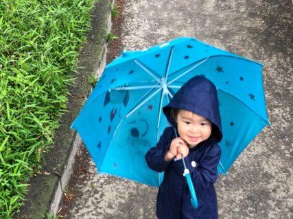 2歳児の雨の日コーデ!子供のレインコート・長靴・傘を紹介するよ。
