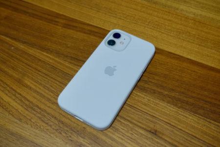 iPhone 12 miniのサイズとデザインが最適。ホワイトの優しい色合いも魅力。